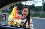 泰國賣花女孩因顏值太高爆紅網絡,網友開車去買花只為看她一眼