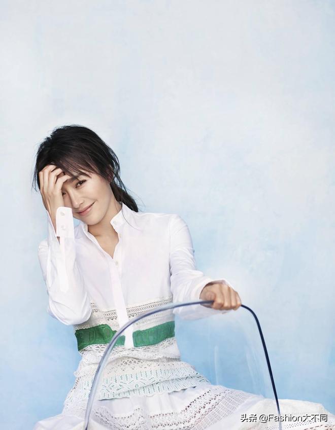 被40歲的秦嵐驚豔了,白色長裙配流海長髮,時尚減齡氣質不輸超模