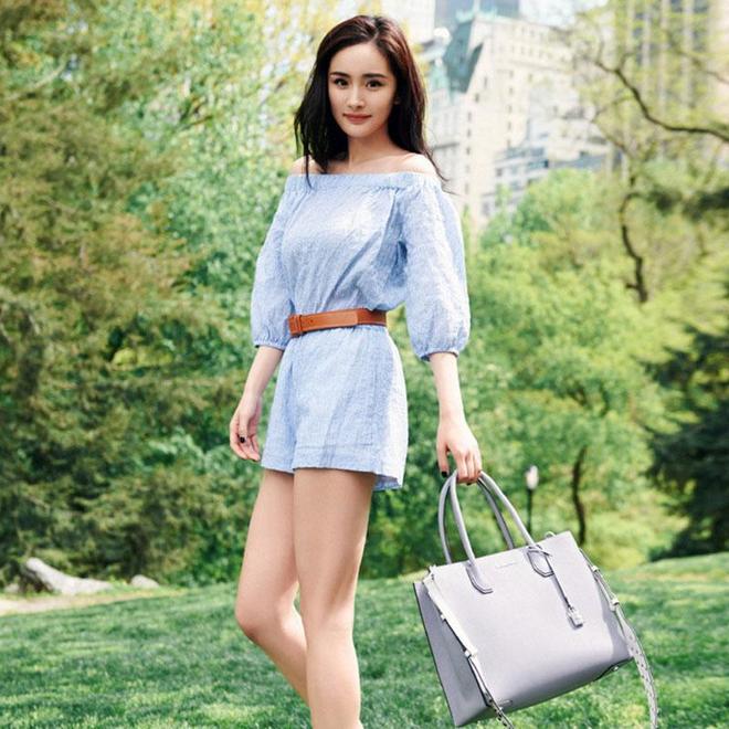 楊冪出席活動,藍色甩袖襯衫搭高腰半身裙,大走OL風,太驚豔了