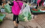 邊陲小城的早市,山裡農民用扁擔挑來的稀罕物5元一斤,看看是啥