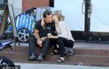 """49歲""""硬漢""""喬什·布洛林與小嬌妻外出 路邊喝咖啡歇腳甜蜜熱吻"""