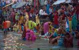 實拍印度街頭:女人敢露天洗澡,卻不敢晚上一個人上廁所!
