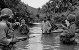 美越戰爭舊照:美軍用槍威脅他們,越南女兵長得也太美了!