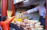 """北京王府井小吃街:本地人不去,老外品嚐美食表情""""難以形容"""""""