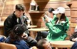 沈夢辰杜海濤帶家長出行甜到齁 兩位明星媽媽大牌傍身誰更時尚?