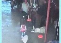 熊孩子欺負小奶狗,被狗媽媽發現後一腳踢倒,網友:幹得漂亮!