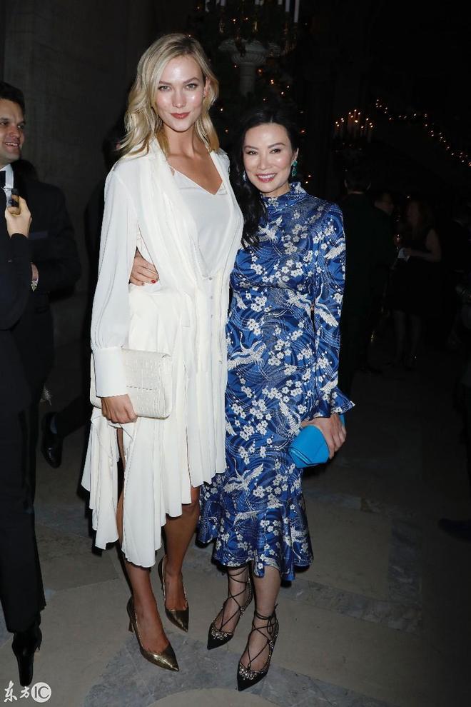 美國名模卡莉·克勞斯和鄧文迪、約克的碧翠絲公主出席活動合影