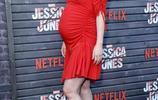 女演員懷孕了,穿著緊身紅裙出席電影典禮,皮膚白皙嬌豔如花