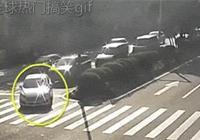 交通GIF動圖:你牛!交警都敢撞