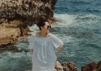 許晴暢遊浪漫海邊,丸子頭配一字肩滿滿少女心,50歲身材越來越好