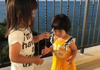 賈靜雯大女兒晒旅行照,與同學迪士尼開心拍照,不用美顏顏值出眾