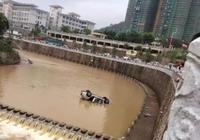 梅州一輛小車撞開石護欄 翻下五六米堤岸衝入河