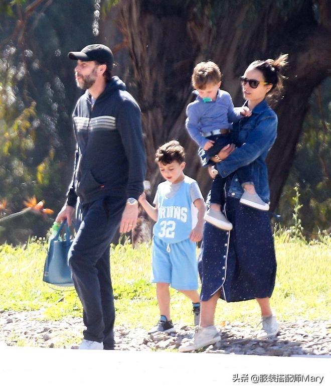 喬丹娜·布魯斯特和老公帶娃現身街頭,一家人時尚休閒裝好養眼