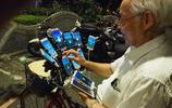 7旬老漢中了邪,每天出門自行車上要帶24部手機,猜猜他要幹啥?