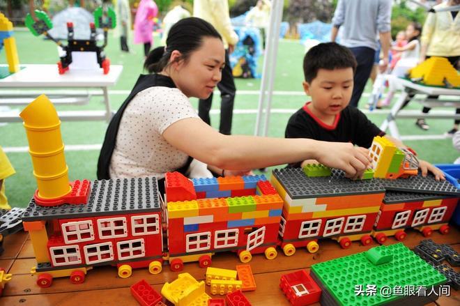六一即將到來,這所小學提倡家長與孩子共成長,好家庭得獎狀