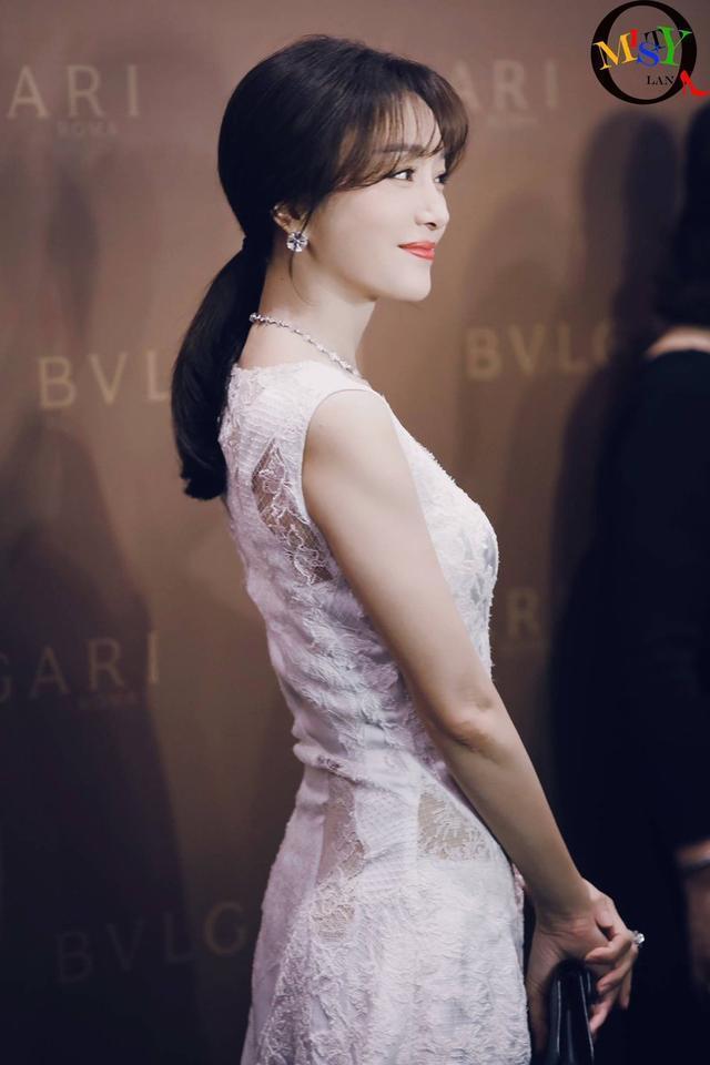 年近40歲的秦嵐身材完美,貌如少女,是許多男人心中的完美伴侶