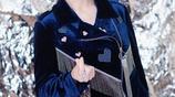 趙雅芝晒銀色背景時尚大片 自侃有一點點的酷炫