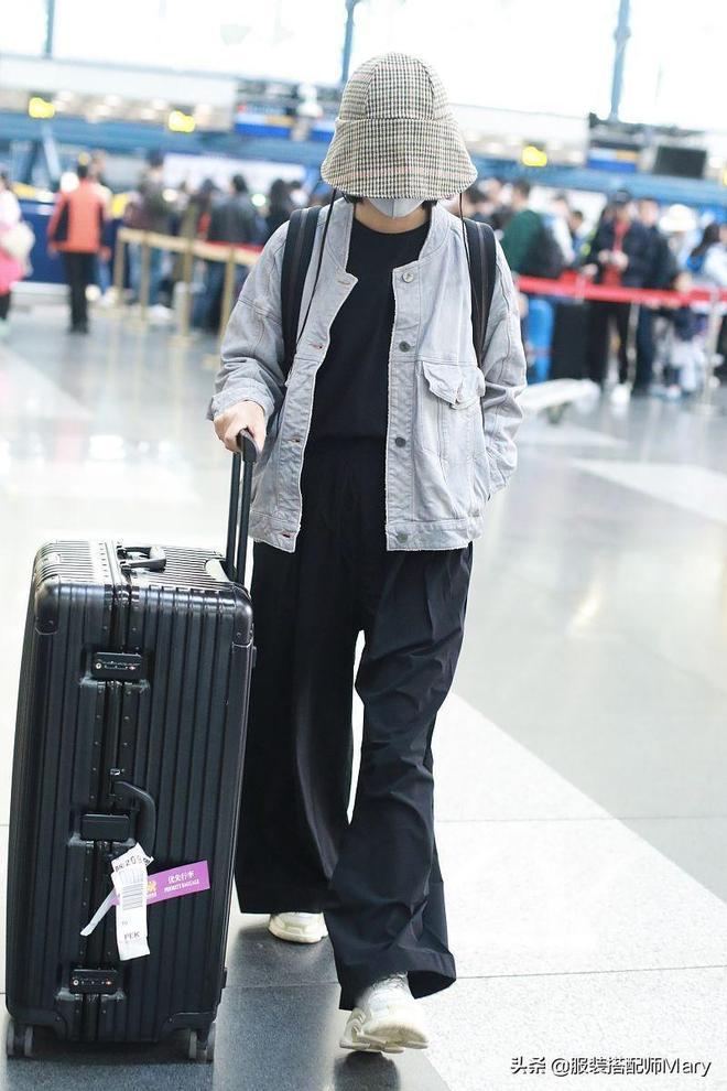 辛芷蕾著隨性休閒風現身機場,戴漁夫帽口罩遮看不見臉