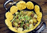 小時候最愛吃的農家菜,土豆茄子豆角燉五花肉,鍋邊貼上一圈小餅子,太香了!