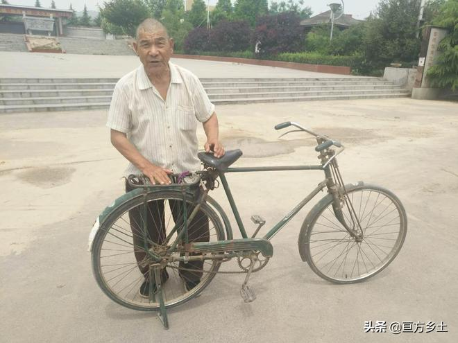 7旬農村大爺每天騎自行車30多公里到處轉悠,看看他活成了啥樣子