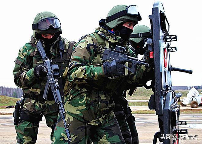 """軍事丨俄羅斯監獄特警隊,""""土星""""所裝備的PP-2000衝鋒槍"""