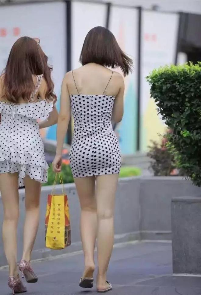 黑白拼色連衣裙搭溫柔的短髮,簡約風格春節走親戚更受歡迎!
