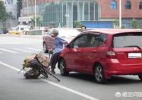 人被車撞了,對方全責,他有車商業保險,但是他不願意墊付治療費,該怎樣對付這樣的人?