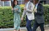 影響力真大!20年後,威廉和哈里王子向母親獻花,現場粉絲不斷