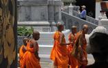 這是一個眾民信仰佛教的國家,遊客卻被燈紅酒綠的夜生活吸引而來