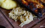 一份烤豬排4人吃鴨梨山大,肉實在太多了,大家竟然都爭著吃配菜