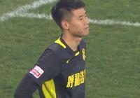 GIF-中國足球又見超業餘1幕!門將解圍球踢空,目送穆裡奇推空門