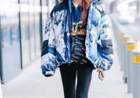 林允被傳整容後,穿藍色雪山印花羽絨服現身機場,的確變美了