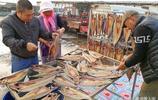 晒魚乾囉 深秋季節青島漁港碼頭晒魚乾 20多塊錢一斤的甜魚乾
