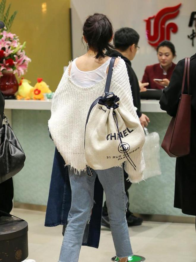 楊冪現身機場,V領毛衣搭配破洞褲美翻了,簡單也可以很美!