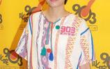 梁詠琪穿拼色上衣時尚優雅,粉脣短髮亮相皮膚清透無歲月痕跡