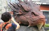 """上海街頭驚現龐大""""怪獸""""史矛革……的頭!大人小孩爭相圍觀"""