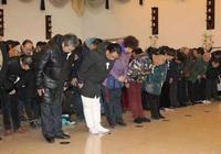 相聲大師尹笑聲追悼會在天津舉辦,徒弟孟維東捧遺像、侯耀華到場