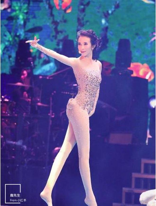 48歲莫文蔚美成這樣,光腿就足夠封神,只有這樣才當得起女神