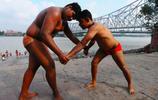 鏡頭下印度傳統泥地摔跤手的日常訓練生活
