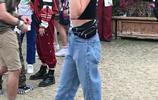 凱雅·傑柏簡約穿搭身材搶鏡,對鏡吃棒棒糖俏皮隨性