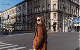 女人最好別穿皮褲配大衣,學學迪麗熱巴這樣子穿,連背影都美!