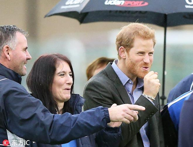 """哈里王子造訪足球中心和輪椅籃球俱樂部 遭選手""""熊抱"""""""