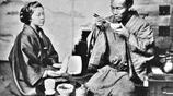 明治時代有人改良了西方的飯桌,將日本大男子們的尊嚴打得粉碎