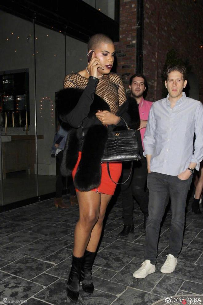 魔術師兒子參加時尚派對,另類裝扮引眾人關注