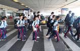 一群足球少年乘機到京參賽 足壇大腕金志揚高洪波場邊觀戰