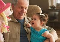一歲以下的女寶寶洗澡,爺爺在旁邊看,還潑水在寶寶身上,你會介意嗎?