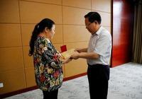 """湖北省總工會追授鄧艾民""""湖北五一勞動獎章""""榮譽稱號"""