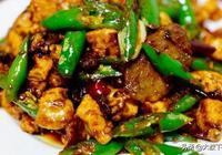 大叔炒的辣椒雞丁,做法簡單,好吃下飯,肉比外面給的多!
