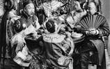 老照片:100多年前的北京,圖1北京富商們吃飯,有很多歌姬伺候!