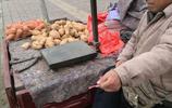 農村大哥路邊擺攤賣紅薯:1塊錢一斤沒人要,5塊錢四斤搶著買